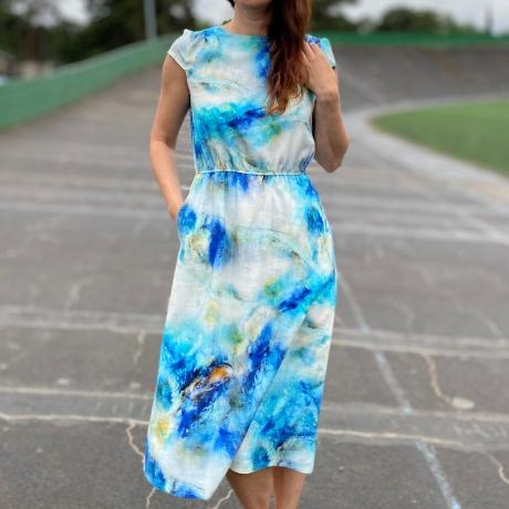 Helesinine maalitud kleit